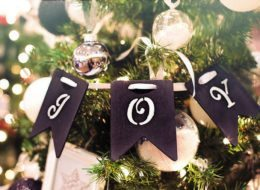 Künstlicher Weihnachtsbaum mit hellen Kugeln