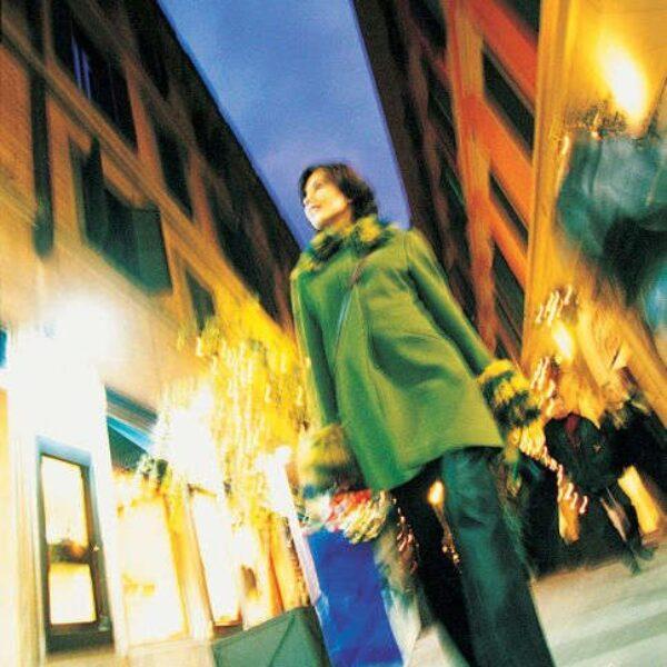 Woman Holding Shopping Bags 600x600 - OXMOX - Hamburgs Stadtmagazin