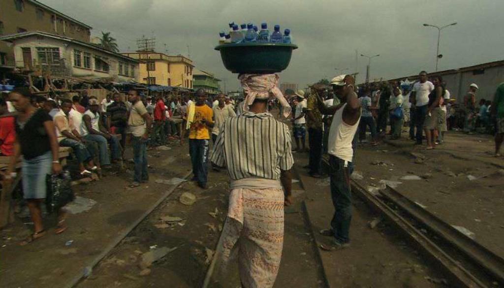 K640_wfilm_bottledlife_foto_2_nigeria_markt