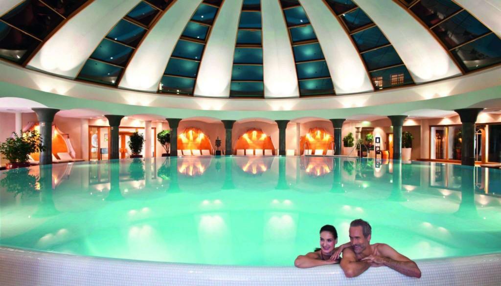 Pool_Totale_Nacht_mit Menschen_001_retusch