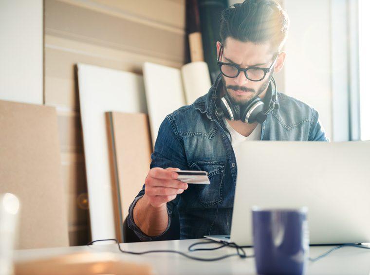 Mann bezahlt mit Kreditkartee
