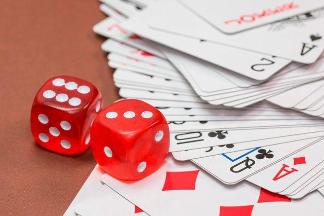 https://pixabay.com/de/w%C3%BCrfel-gl%C3%BCcksspiel-kartenspiel-570704/