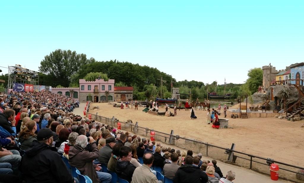 Jan Peter Prüßen Zuschauertribüne am Tag - OXMOX präsentiert:  Piraten Action-OpenAir-Theater Grevesmühlen