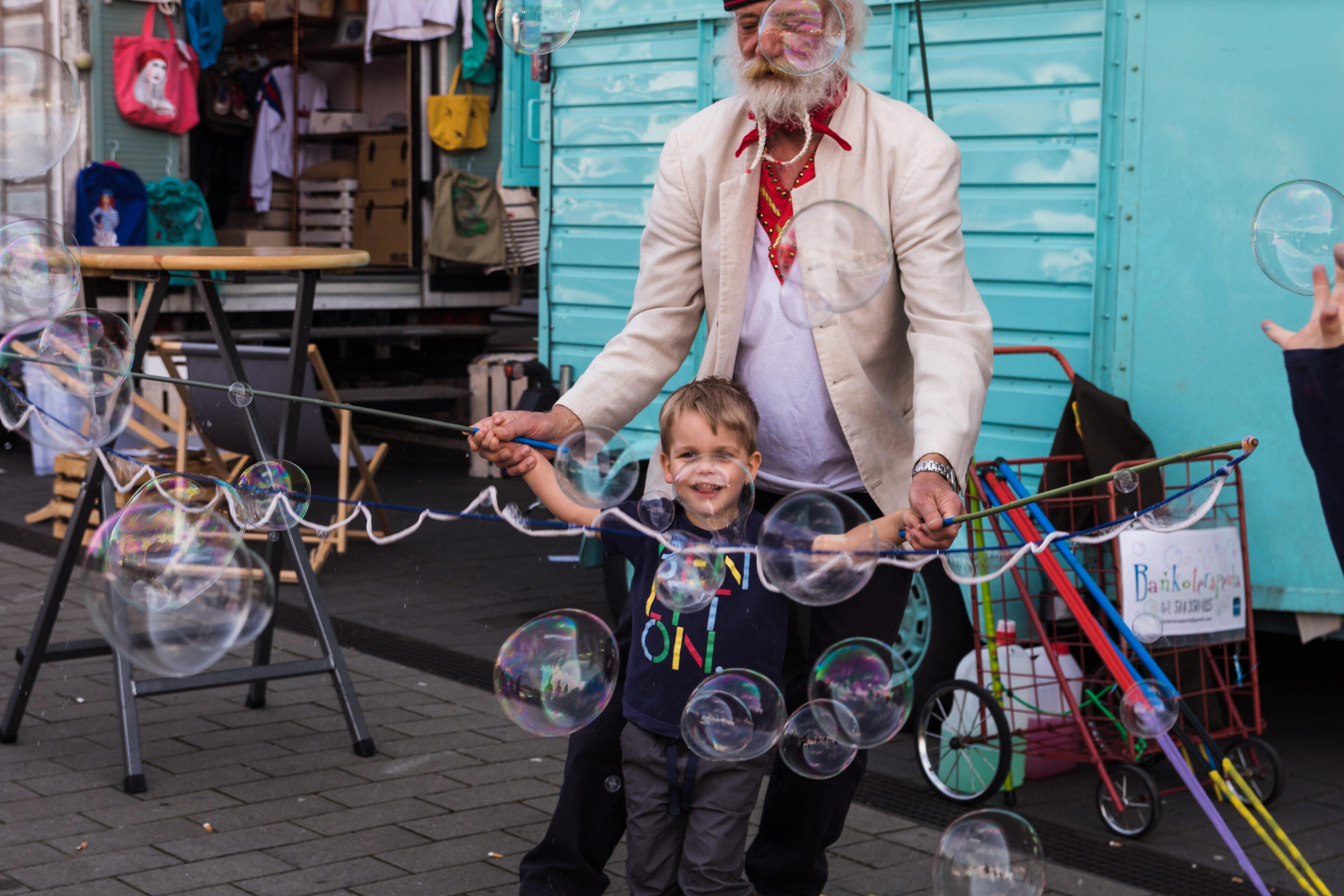 Seifenblasen Kinder scaled - Hamburg zeigt Kunst - Das kreative Festival!