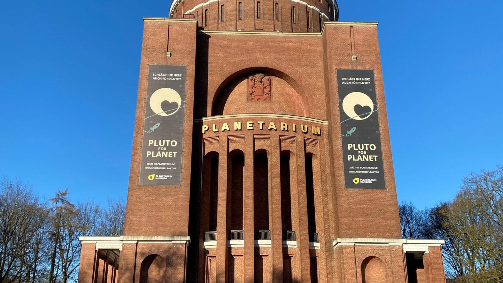 Planetarium Hamburg mit Banner