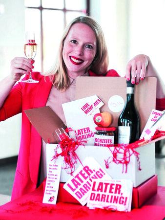 Anne Meier mit Wedding Box 2 druck 338x450 - VERLOSUNGEN IM MAI