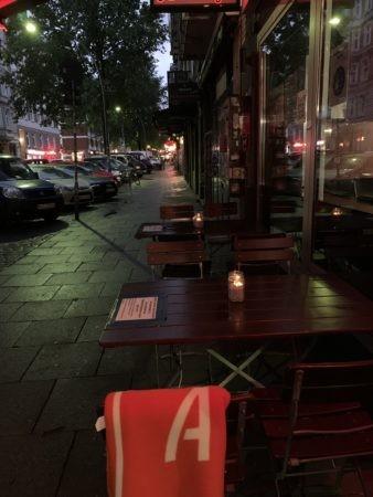 Zwei Tische draußen 338x450 - Gute Nachrichten
