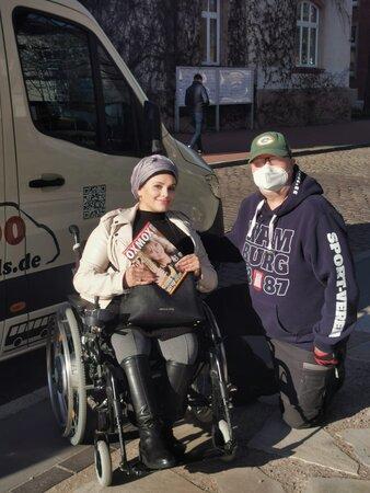 Mouna mit einem OXMOX und Sven 338x450 - Sven Wefels: Großes Auto, großes Herz