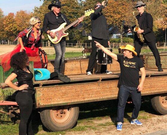 rudolf rock und die schocker videodreh highway to hell 1.1000.0 557x450 - OXMOX presents: Das HAMMER FEST
